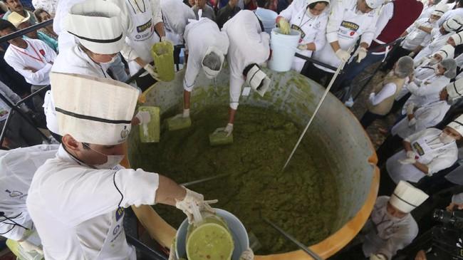 Sekitar 600 murid sekolah memasak dan 400 warga Buenos Aires membuat 3 ton guacamole untuk memecahkan rekor dunia.
