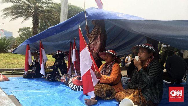 Aksi ini merupakan bentuk protes atas tindakan PT Semen Indonesia Tbk (Persero) yang tidak menaati hasil Kajian Lingkungan Hidup Strategis tahap I.