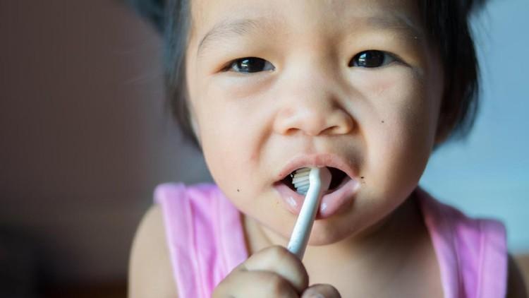 Saat anak menyikat giginya sendiri, kesalahan-kesalahan ini mungkin banget terjadi, Bun.