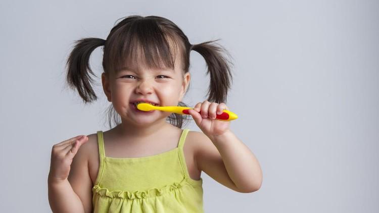 Untuk menghindari adanya 'drama' saat meminta atau lebih tepatnya menyuruh anak sikat gigi, 6 tips ini bisa kita lakukan, Bun.