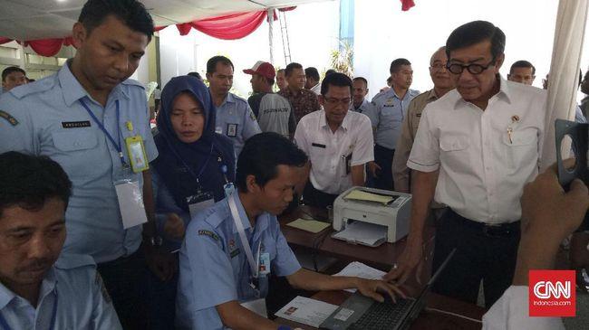 Menteri Hukum dan HAM Yasonna Laoly memantau pelaksanaan hari pertama Seleksi Kompetensi Dasar bagi CPNS Kemenkumham di gedung BKN, Jakarta, Senin (11/9).