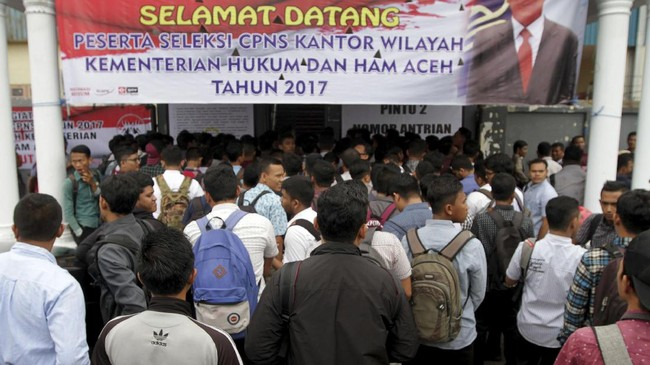 Lebih dari satu juta anak muda Indonesia di Indonesia mendaftar untuk jadi Pegawai Negeri Sipil di Kemenkumham. Berikut gambar perjuangan mereka.