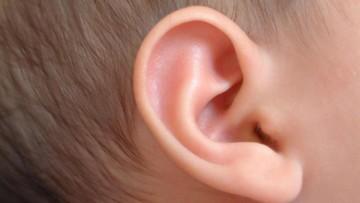 3 Benda yang Nggak Boleh Dipakai untuk Bersihkan Telinga Anak