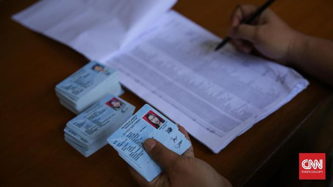 Penghayat kepercayaan di Indonesia berjumlah 12 juta jiwa. Usai putusan MK, Kemendagri memprediksi ada 6-8 juta penghayat kepercayaan akan mengganti e-KTP.