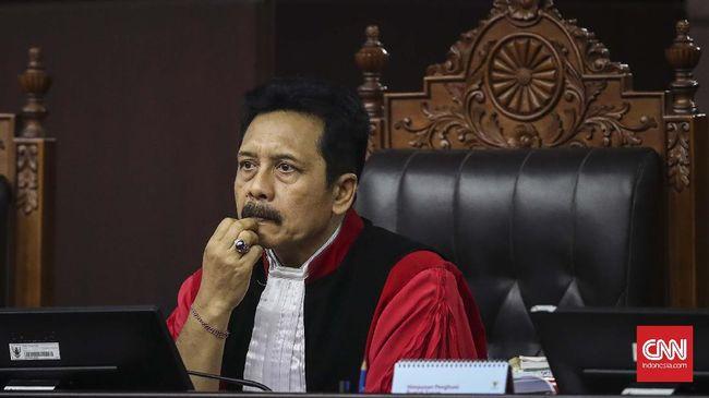 Kelalaian saat Jokowi menandatangani UU Cipta Kerja bertentangan dengan prinsip keseksamaan dan kehati-hatian dalam praktik pembentukan hukum.