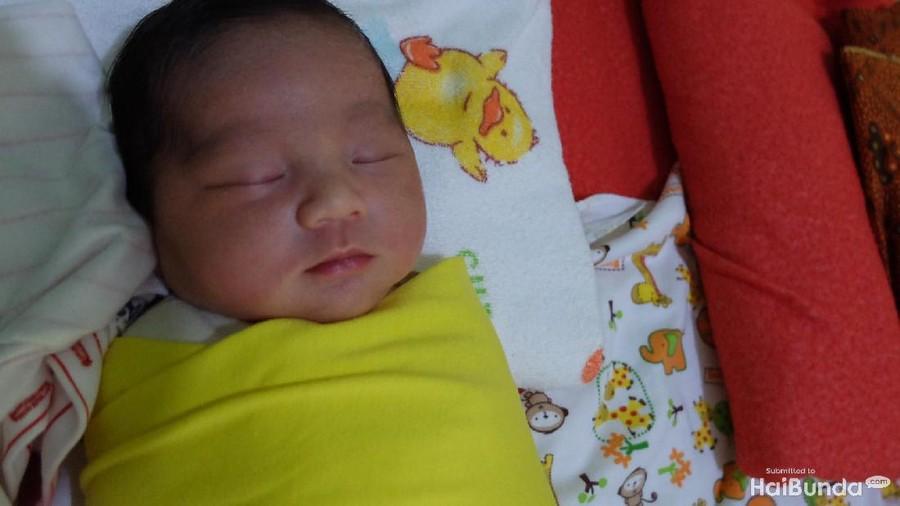 Membedong Bikin Kaki Bayi Nggak Bengkok?