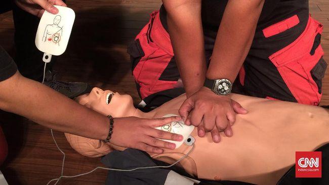 Saat terjadi insiden gawat yang menyebabkan jantung seseorang berhenti mendadak, lakukan CPR dengan langkah-langkah berikut.