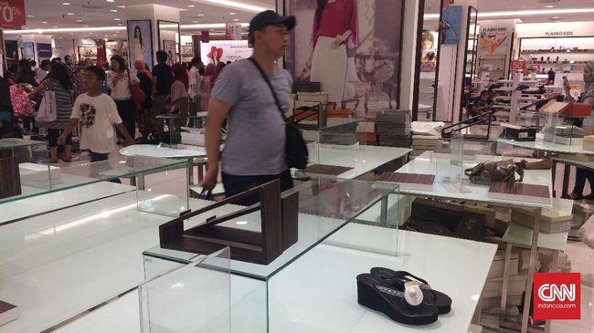 Sebagian pengunjung Matahari Department Store di Pasaraya Manggarai, Jakarta Selatan, mengaku kecewa karena mayoritas barang sudah ludes terjual.