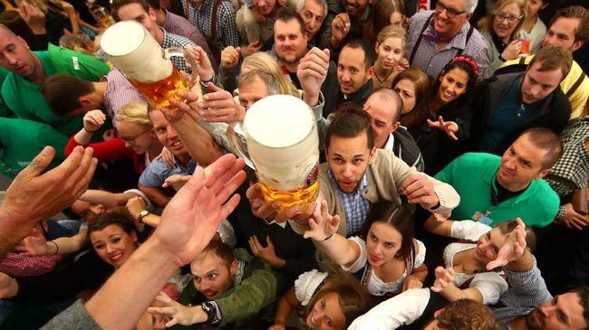 Oktoberfest identik dengan kata mahal. Tapi sebenarnya ada cara untuk tetap menikmati wisata kuliner itu dengan biaya terjangkau.