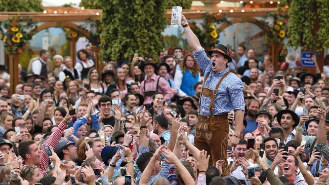 Pecinta bir di seluruh dunia harus kembali gigit jari pada tahun ini, karena pesta bir tahunan di Jerman, Oktoberfest, dibatalkan lagi.