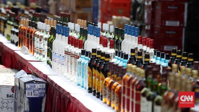 Pemerintah mengeluarkan ancaman sanksi bagi pengusaha pabrik minuman beralkohol skala kecil dan penjual minuman beralkohol yang tak tertib lapor stok botol.