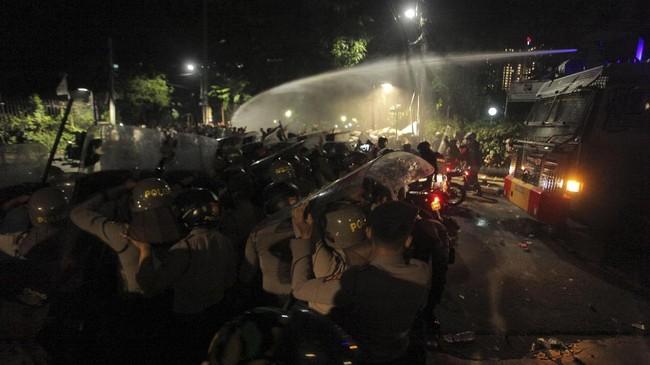 FOTO: Malam Genting Kala LBH Dikepung Massa