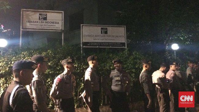Kepolisian menangkap sedikitnya empat orang terkait dengan kericuhan yang terjadi di depan Gedung LBH Jakarta pada dini hari.