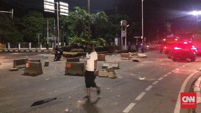 Bentrokan antara petugas dengan massa pecah di depan Gedung LBH Jakarta. Massa menolak kegiatan para seniman dan aktivis yang dinilai mendukung PKI.