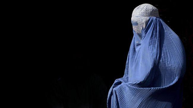 Belanda menerapkan larangan pemakaian cadar burkak di tempat umum mulai hari ini, Kamis (1/8), waktu setempat.