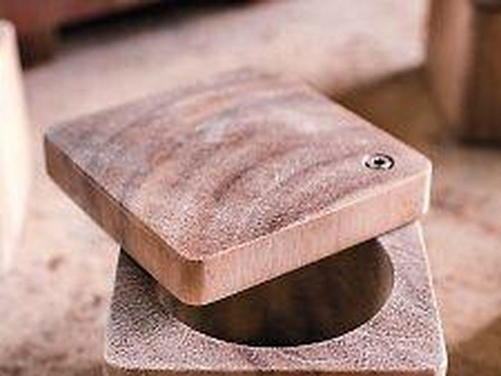 Meski terlihat sederhana, tempat garam ini sangat mudah digunakan. Tutupnya yang mudah dibuka dengan sedikit digeser memudahkan kita untuk mengambil garam. Foto: Istimewa
