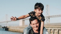 <div>Ayah dan anak, Mike Lewis dan Kenzou sama-sama cute nih. (Foto: Instagram/ @mikelewis)</div><div></div>