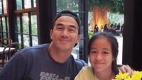 Melihat kedekatan Joe Taslim sama putrinya bikin mesem-mesem sendiri ya. (Foto: Instagram/ @joetaslim)