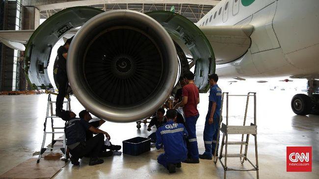 Sejumlah petugas mengecek turbin badan bawah pesawat Citilink di salah satu hanggar  GMF AeroAsia, Cengkareng (20/9). (CNN Indonesia/ Hesti Rika)