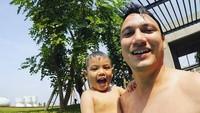 Usia ayah Christian udah 35 tahun tapi masih kayak adik kakak ya sama Juna. Setuju, Bun? (Foto: Instagram/ @csugiono)