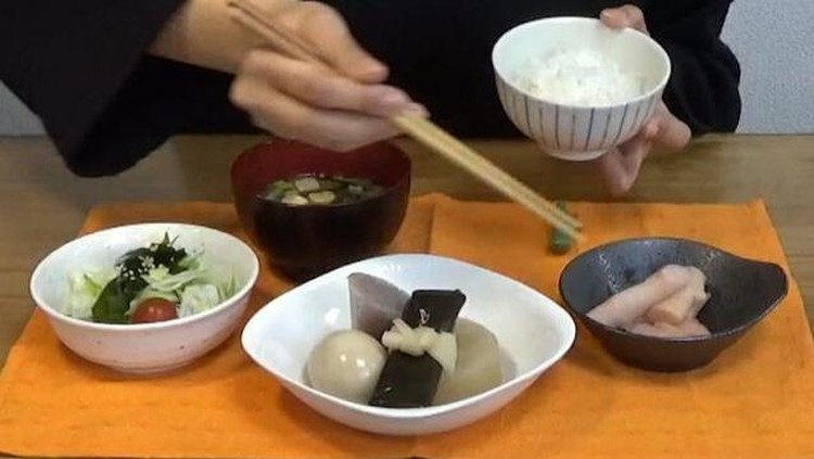 Seperti Bunda tahu, di Indonesia, sumpit memang bukan peralatan makan populer seperti sendok dan garpu.