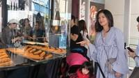 <p>Giliran Duma Riris Silalahi, runner up Putri Indonesia 2007 berpose sama anaknya, Cleo, di Jepang. Kece ya, Bun? (Foto: Instagram @duma_riris)</p>