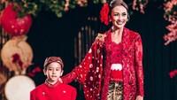 <p>Melanie Putria, Putri Indonesia 2002, berjalan bersama putranya Sheemar di catwalk. Gantengnya Sheemar! (Foto: Instagram @melanieputria) </p>