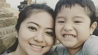 <p>Qory Sandioriva, Putri Indonesia 2009 wefie bareng putranya Ganesa Tashi di Candi Borobudur. (Foto: Instagram @ganesa.tashi)</p>