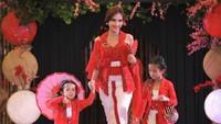 <p>Artika Sari Devi, Putri Indonesia 2004 kini menjadi ibu dari dua anak, Abbey dan Zoe. (Foto: Instagram @artikasaridevi)</p>
