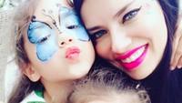 <p>Adriana Lima dengan kedua putrinya yang cantik, Valentina dan Sienna. (Foto: Instagram @adrianalima)</p>