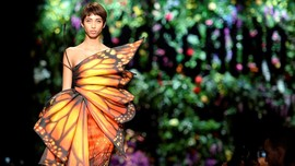 FOTO: Parade Gaun Bunga Moschino di Milan Fashion Week