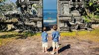 <p>Hayo, bisa tebak nggak Bun kira-kira lagi di mana mereka berdua? Ya! Mereka lagi di Badung, Bali lho. (Foto: Instagram @justtwobrosin)</p>