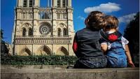 <p>Asyiknya! Duduk santai di depan Notre Dame di Paris. (Foto: Instagram @justtwobrosin)</p>