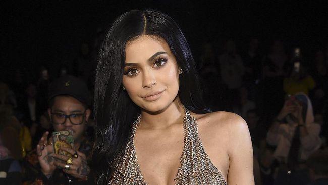Menurut Kris Jenner, Kylie mengorbankan darah, keringat dan air mata dalam kerja keras yang mengantarnya jadi miliarder termuda di dunia saat ini.