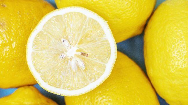 Banyak orang langsung mengoleskan perasan lemon ke kulit untuk mengatasi jerawat. Alih-alih bermanfaat, cara itu justru berpotensi merusak kulit.