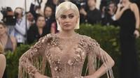 Dikabarkan Hamil, Kylie Jenner Pamer Perut Rata