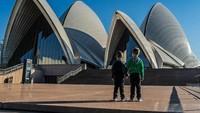 <p>Preston sama Parker lagi berdiri di depan gedung Opera yang iconic banget di Sydney, Australia. (Foto: Instagram @justtwobrosin)</p>