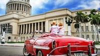 <p>Duduk di atas mobil terbuka di depan El Capitolio, Cuba. (Foto: Instagram @justtwobrosin)</p>