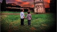 <p>Terpukau sama Menara Pisa di Italia, sang ayah, Alain Martinez yang juga seorang fotografer diam-diam mengabadikan momen tersebut. (Foto: Instagram @justtwobrosin)</p>