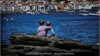 <p>Bersantai sambil melihat birunya laut di Cadeques, Spanyol. (Foto: Instagram @justtwobrosin)</p>
