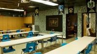 <p>Pintu masuk kelas dan dindingnya diberi wallpaper yang Harry Potter banget. (Foto: Facebook/ Kyle Ely)</p>