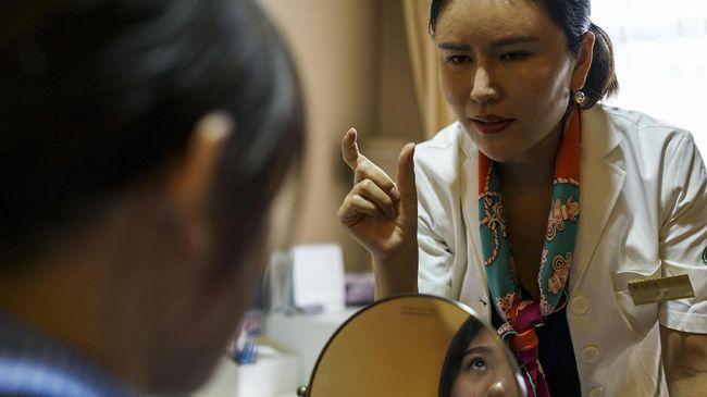 Tersedianya fitur mempercantik wajah di media sosial berimbas pada permintaan operasi plastik yang ramai.
