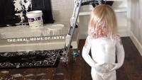 <p>Si kecil main-main pakai cat rumah sampai badannya ikutan dicat. (Foto: Instagram @the.real.moms.of.insta)</p>