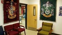 <p>Wow! Ruang tunggunya dilengkapi dengan bangku yang warnanya matching dengan lambang asrama di Hogwarts. (Foto: Facebook/ Kyle Ely)</p>