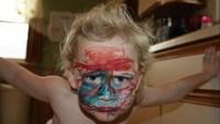 <p>Si kecil jadi 'make up artist' dadakan. (Foto: Instagram @the.real.moms.of.insta)</p>