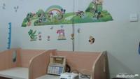 <p>Di dinding tepat di tempat alat nebulizer terdapat gambar-gambar lucu, sehingga anak tidak takut untuk melakukan terapi.</p>