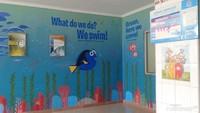 <p>Poli asma anak di Rumah Sakit Persahabatan ini ceria banget, deh. Tuh, lihat saja, Bun, dindingnya dilukis dengan cat aneka warna.</p>