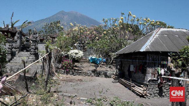 Rekahan muncul di kawah Gunung Agung yang diindikasikan bahwa letusan sudah semakin dekat. Meski begitu waktu erupsi belum bisa dipastikan.