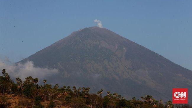 Aktivitas Meningkat, Gunung Agung Keluarkan Asap