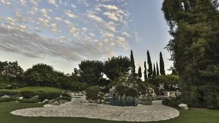 Tetangga Hugh Hefner Bakal Rawat 'Legenda' Playboy Mansion